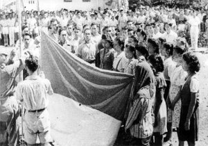 https://tommyutomo.files.wordpress.com/2011/07/indonesia_flag_raising_witnesses_17_august_1945.jpg?w=300